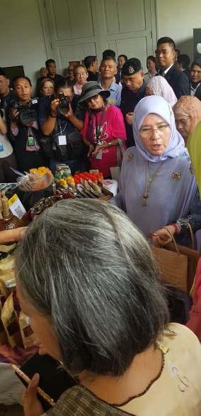 Her Majesty Queen Raja Permaisuti Agong Tunku Hajah Azizah Aminah Maimunah Iskandariah (1)