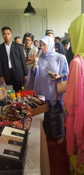 Her Majesty Queen Raja Permaisuti Agong Tunku Hajah Azizah Aminah Maimunah Iskandariah (2)