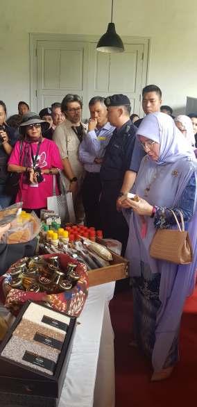 Her Majesty Queen Raja Permaisuti Agong Tunku Hajah Azizah Aminah Maimunah Iskandariah (3)